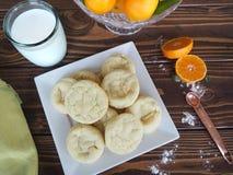 Klementinenzuckerplätzchen mit Milch und geschnittener Klementine Stockbild