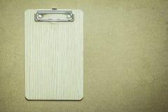 Klemmbrett auf Holztisch Stockbilder