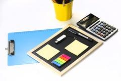 Klemmbrett, caculator, Notizauflagen und Stift Stockfotos