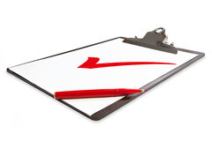 Klemmbrett mit roter Feder und Häckchen lizenzfreies stockfoto