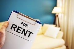 Klemmbrett mit Wörtern für Mietwohnungen lizenzfreies stockfoto
