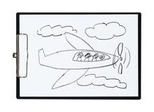 Klemmbrett und Papier bedecken mit Bleistift-Zeichnungs-Flugzeug und Kindern, Gegenstand lizenzfreie abbildung