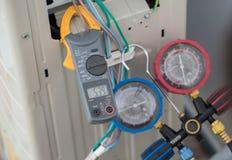 Klemmen Sie Ampere-Meter, Elektrikergebrauch Klammern-Ampere-Meter für Kontrolle oder das Messen des Stroms des elektrischen Bewe stockfoto