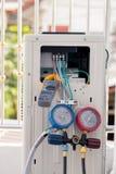 Klemmen Sie Ampere-Meter, Elektrikergebrauch Klammern-Ampere-Meter für Kontrolle oder das Messen des Stroms des elektrischen Bewe lizenzfreies stockfoto
