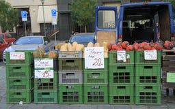 Klemmen Sie mit Gemüse auf dem Straßenmarkt in Brno fest Stockfoto