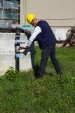 Klempner bei der Arbeit in einem Standort Stockbild