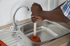 Klempner-Cleaning Sink With-Kolben Stockfotografie