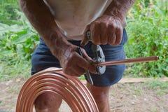 Klempner-Cutting-Kupferrohr Stockfoto