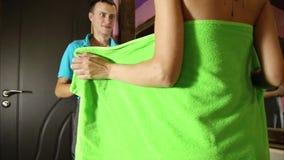Klempner, der Flirt mit jungem Mädchen zu Hause hat Männer mit jungem weiblichem Kunden vor Flirt Mädchen, das ein Badtuch trägt stock video