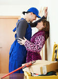 Klempner, der Flirt mit junger Frau hat Lizenzfreies Stockbild
