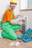 Klempner, der im Badezimmer arbeitet Stockbilder