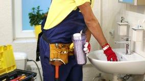 Klempner, der neuen Wasserfilter in Badezimmer installiert stock video footage
