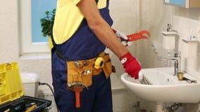 Klempner, der sich vorbereitet, im Badezimmer zu arbeiten stock video footage