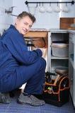 Klempner, der Wanne repariert stockfotos