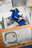 Klempner, der Wanne repariert Lizenzfreie Stockfotos