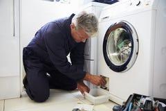 Klempner-Fixing Domestic Washing-Maschine lizenzfreies stockfoto