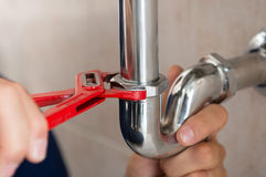 Klempner Fixing Pipe Stockbild