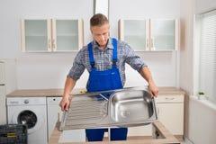 Klempner Fixing Sink Lizenzfreies Stockfoto