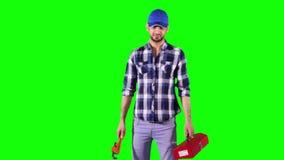 Klempner hält einen Ausrüstungskasten und einen Schlüssel stock video footage