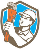 Klempner Holding Wrench Shield Retro- Stockfotos