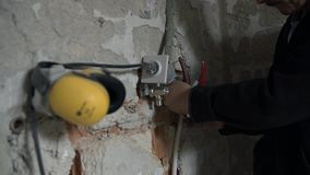 Klempner schneidet Kunststoffrohr stock video
