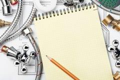 Klempnerarbeit und Werkzeuge mit einem Notizbuch Lizenzfreies Stockbild