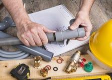 Klempnerarbeiteigenbau mit verschiedenen Werkzeugen stockfotografie