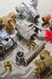 Klempnerarbeit-Ausrüstung auf einer Metalloberfläche Stockfotografie