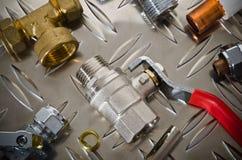 Klempnerarbeit-Ausrüstung auf einer Metalloberfläche Stockfoto