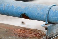 Klempnerarbeitoberrohr und -wasser leckt, alter Hahnrohr-Stahlrost Stockfotografie