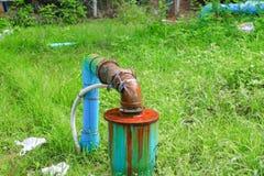 Klempnerarbeitoberrohr und -wasser leckt, Stahlrost des alten Hahnrohres an Lizenzfreies Stockfoto