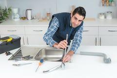 Klempnerarbeitproblem in der Küche Stockfotos
