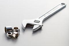 Klempnerarbeitrohr und Fallhammerschlüssel des justierbaren Schlüssels Stockfoto