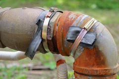 Klempnerarbeitrohr und -wasser leckt, industrielles altes Hahnrohr des Stahlrosts Lizenzfreie Stockfotografie