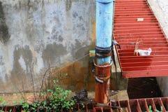 Klempnerarbeitrohr und -wasser leckt, industrielles altes Hahnrohr des Stahlrosts Lizenzfreie Stockfotos