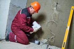 Klempnerarbeitskraft, die Abwasserleitungen in Kanalisationssystem installiert Stockbild