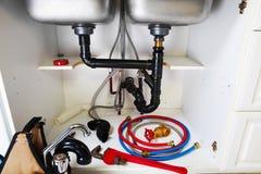 Klempnerarbeitwerkzeuge auf der Küche Lizenzfreie Stockbilder