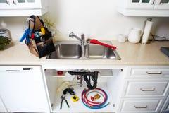 Klempnerarbeitwerkzeuge auf der Küche stockfotos