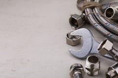 Klempnerarbeitwerkzeuge für die Verbindung von Wasserhähnen Lizenzfreie Stockfotos