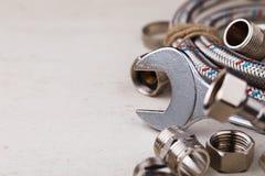Klempnerarbeitwerkzeuge für die Verbindung von Wasserhähnen Lizenzfreie Stockbilder