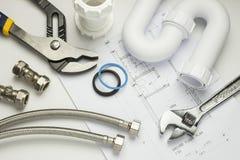 Klempnerarbeitwerkzeuge und -installationen Lizenzfreie Stockfotos