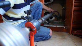 Klempnerrohrleitungsreparaturen im Haus Nahaufnahme Der Klempner säubert die Rohre mit Ausrüstung 4k, Zeitlupe stock video footage