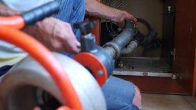 Klempnerrohrleitungsreparaturen im Haus Nahaufnahme Der Klempner säubert die Rohre mit Ausrüstung 4k, Zeitlupe stock footage