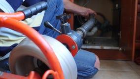 Klempnerrohrleitungsreparaturen im Haus Nahaufnahme Der Klempner säubert die Rohre mit Ausrüstung 4k, Zeitlupe stock video
