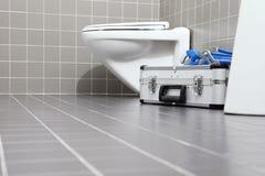 Klempnerwerkzeuge und -ausrüstung in einem Badezimmer, Reparatur servi plombierend lizenzfreie stockbilder