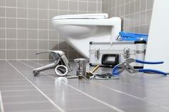 Klempnerwerkzeuge und -ausrüstung in einem Badezimmer, Reparatur servi plombierend stockbilder