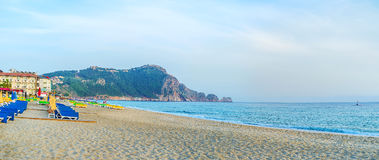 Kleopatra海滩全景在有岩石半岛的o阿拉尼亚 免版税库存图片