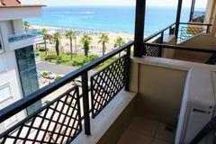 从Kleopatra海滩旅馆的阳台的看法江边的阿拉尼亚,土耳其 免版税图库摄影