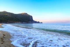 Kleopatra strand i alanya med fästningen Royaltyfria Bilder