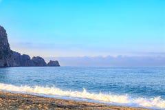 Kleopatra strand med vågor i morgonen i Alanya Royaltyfri Foto